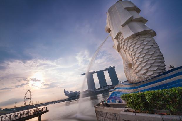 Singapur Marina Bay mit dem Wahrzeichen von Singapur