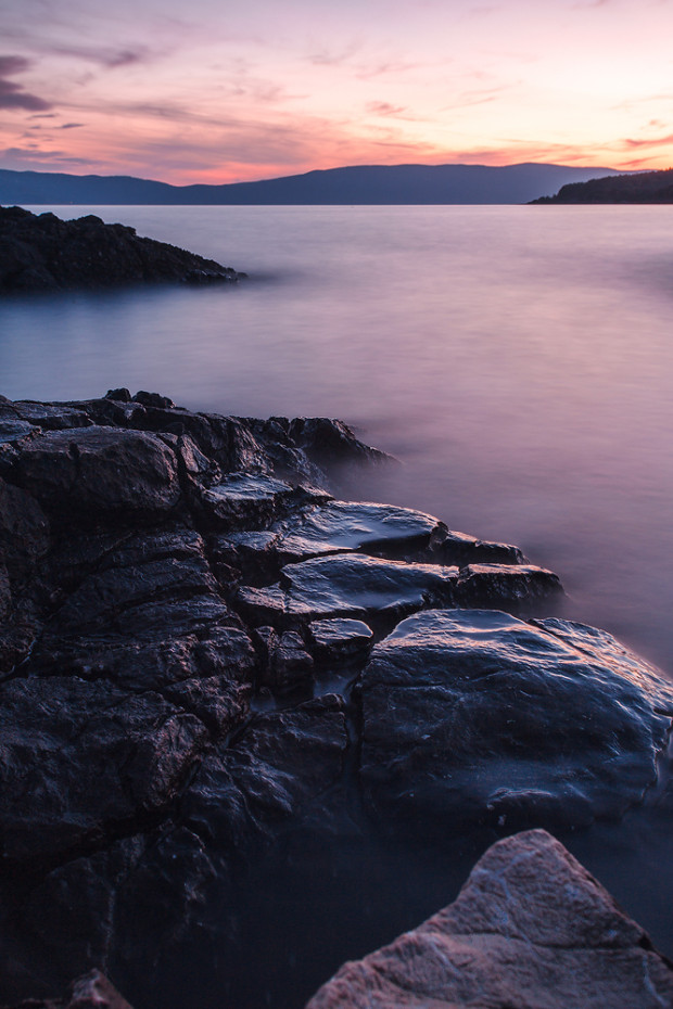 Steine im Meer an der Küste von Kroatien